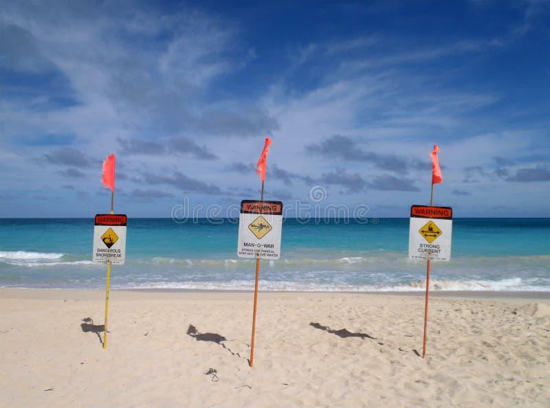 海滩救生员位置沙子签署警告 图库摄影
