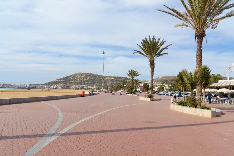海滩散步在阿加迪尔市,摩洛哥 免版税库存图片