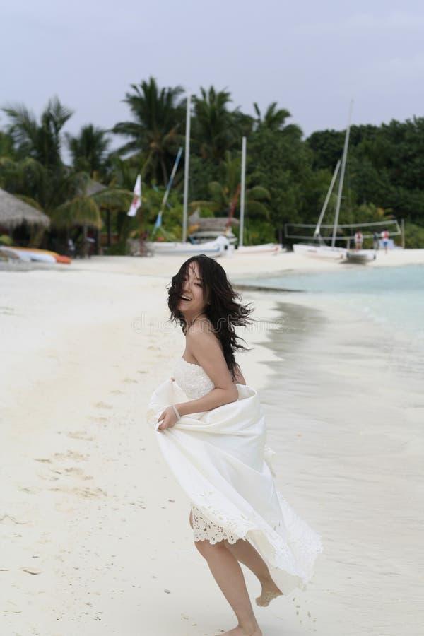 海滩新娘运行的白色 免版税库存照片