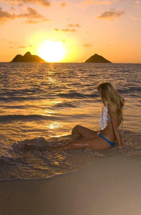 海滩日出妇女年轻人 免版税库存照片