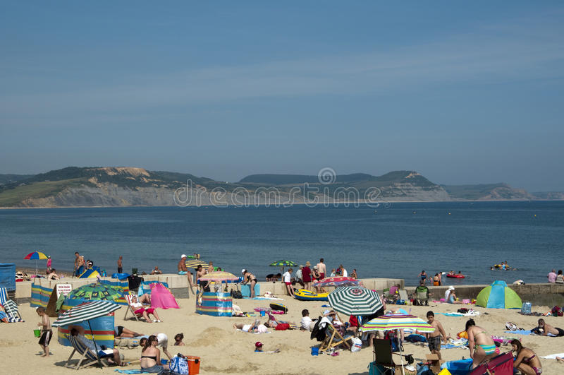 海滩日最热的lyme regis年 免版税图库摄影