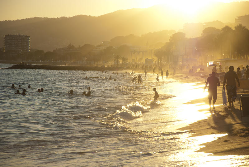 海滩日落在戛纳,法国 库存图片