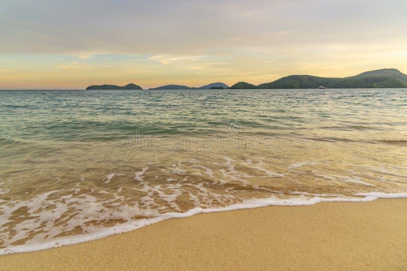 海滩日落或日出与五颜六色云彩天空和阳光 免版税库存图片