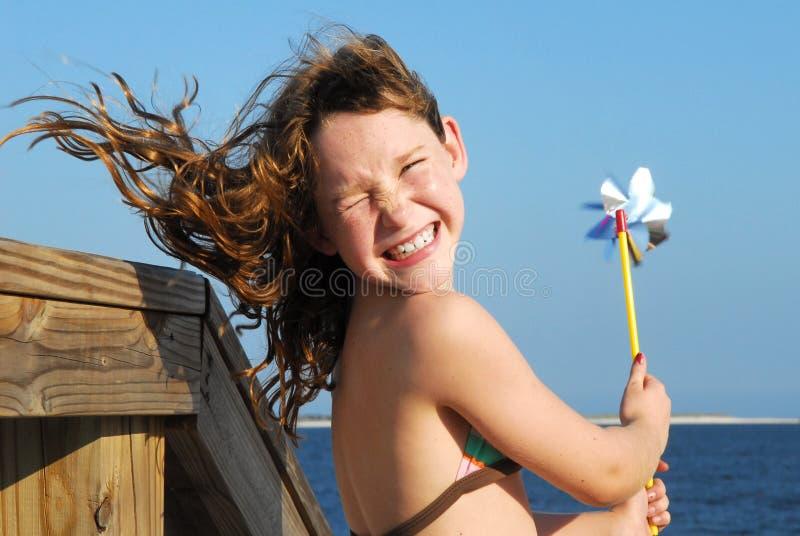 海滩有乐趣的女孩 库存图片