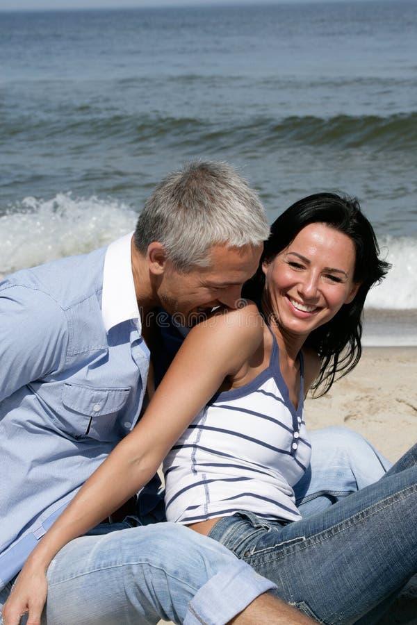 海滩有夫妇的乐趣 免版税库存照片