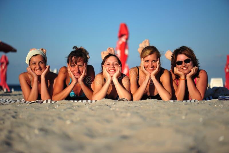 海滩朋友女孩愉快微笑 库存照片