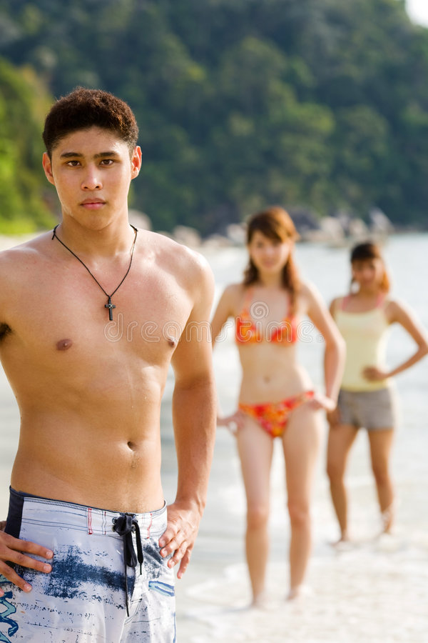 海滩朋友编组摆在突出 免版税库存图片