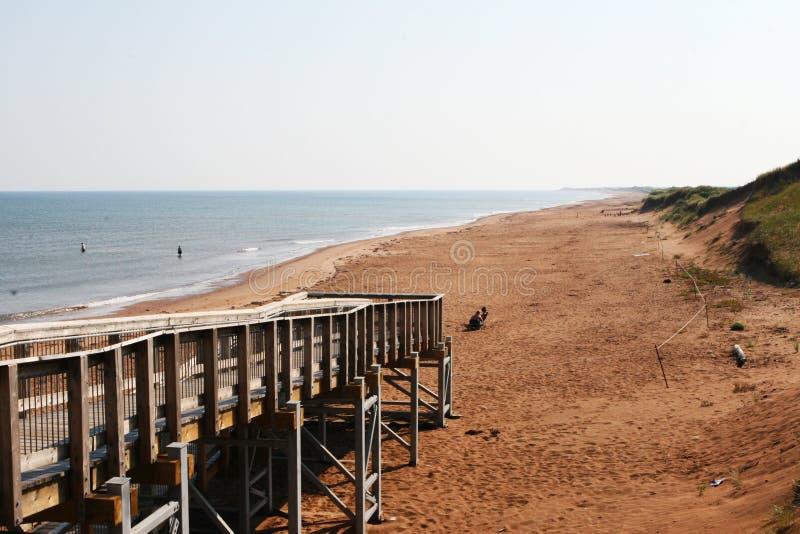 海滩木板走道加拿大红色沙子 免版税图库摄影