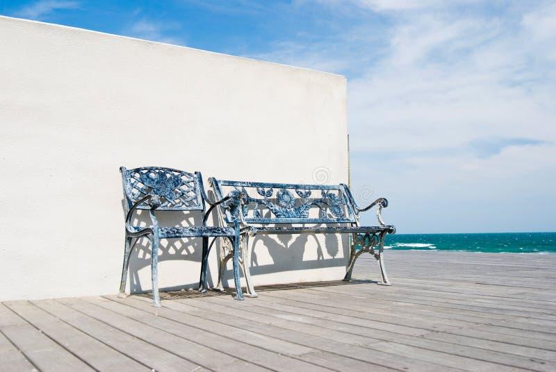 海滩木长凳的楼层 免版税库存图片