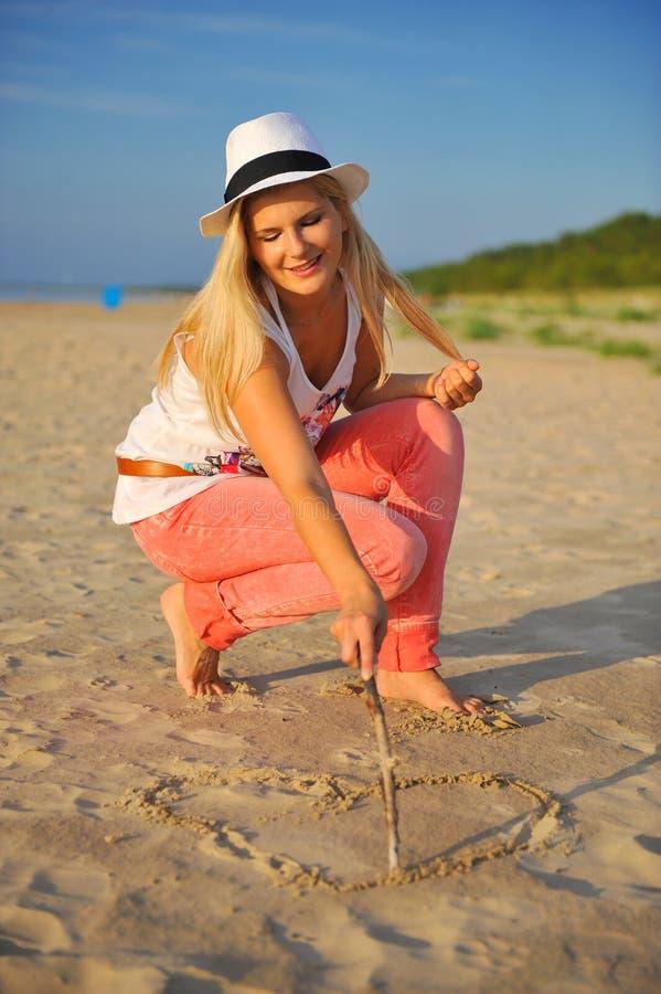 海滩松弛性感的夏天妇女年轻人 免版税库存照片