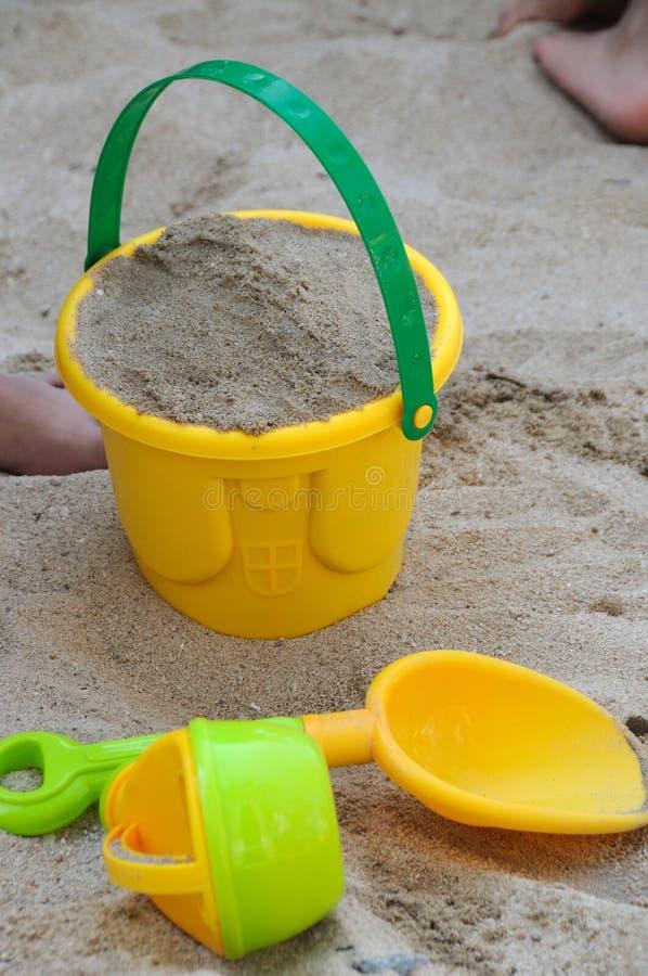 海滩桶和小铲 库存照片