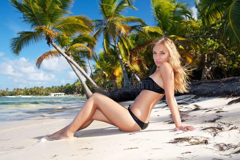 海滩比基尼泳装加勒比女孩 图库摄影