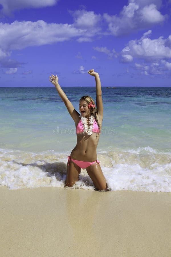 海滩比基尼泳装女孩粉红色 免版税库存图片