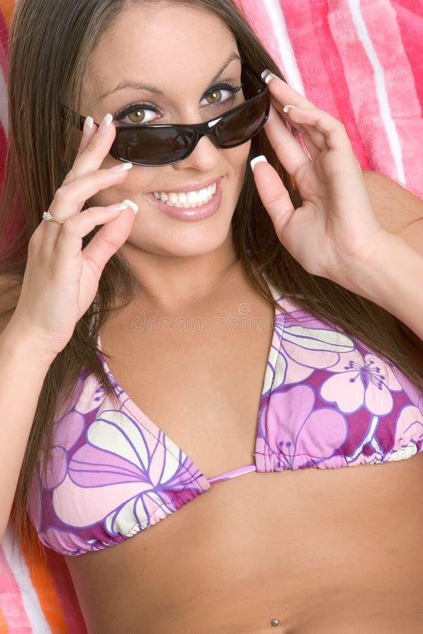 海滩比基尼泳装女孩 免版税库存照片