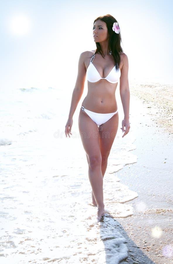 海滩比基尼泳装海运妇女 免版税库存照片