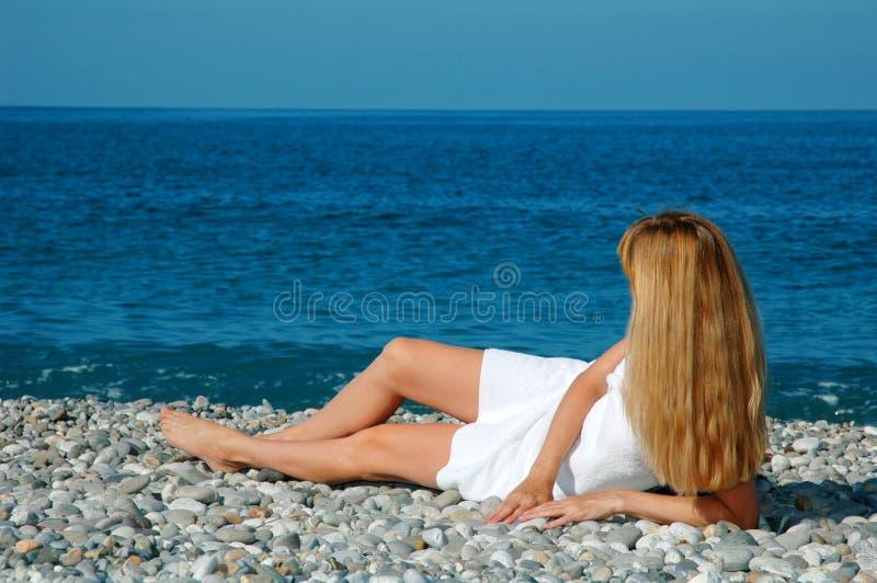 海滩毛巾妇女 免版税库存照片