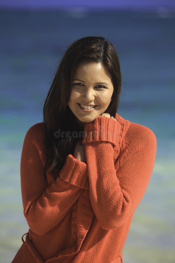 海滩毛线衣妇女 图库摄影