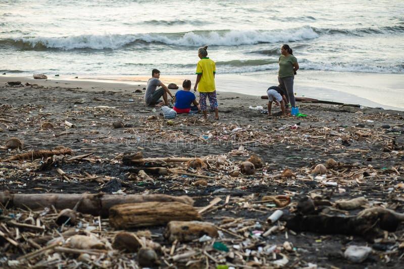 海滩污染在巴厘岛 回收废料问题 免版税库存照片