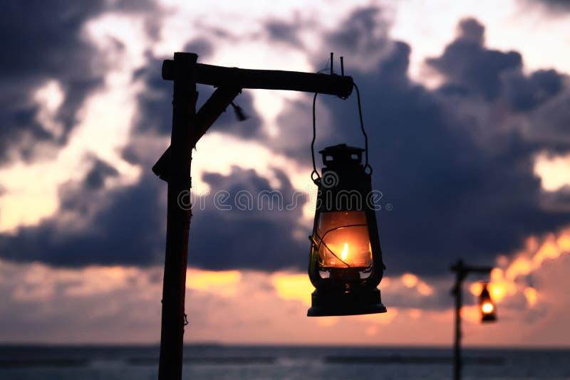 海滩油灯照明设备和太平洋黄昏的在马尔代夫是 库存图片