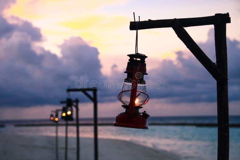 海滩油灯照明设备和太平洋黄昏的在马尔代夫是 库存照片