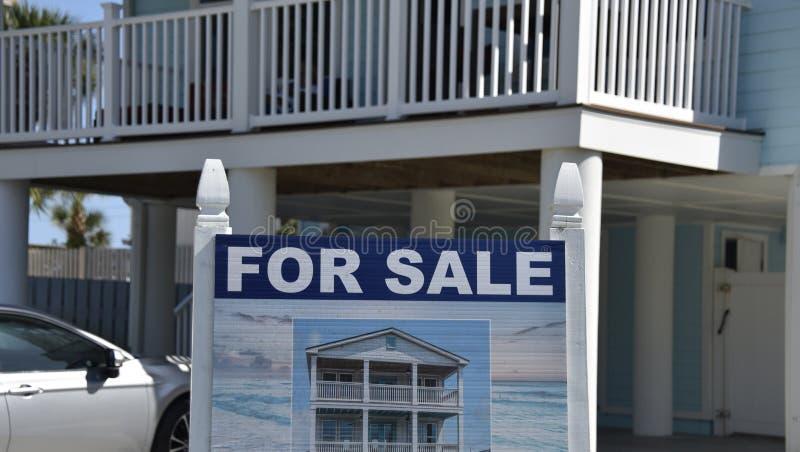 海滩洋锋议院平房待售 免版税库存照片