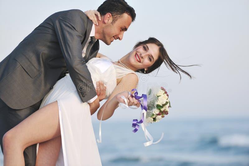 海滩浪漫日落婚礼 免版税库存图片