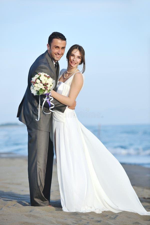 海滩浪漫日落婚礼 免版税图库摄影