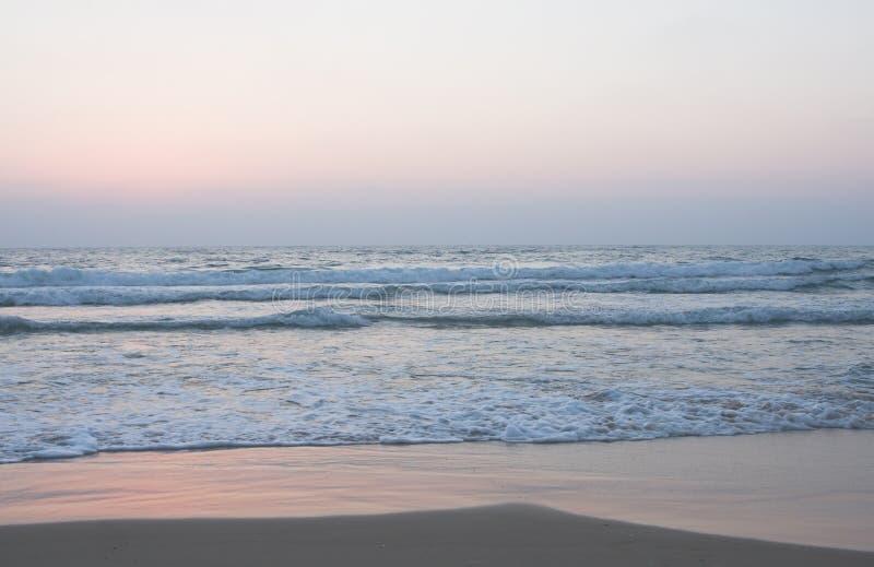 海滩海洋含沙岸 免版税库存图片