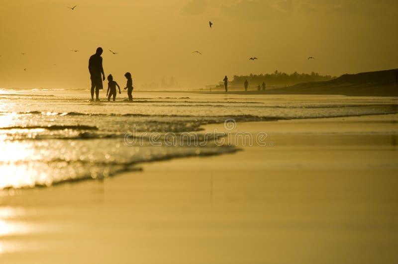 海滩演奏二的父亲孩子