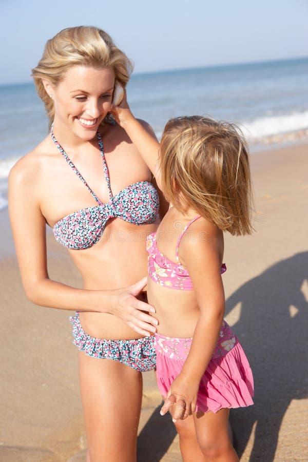 海滩演奏年轻人的女孩母亲 免版税库存照片