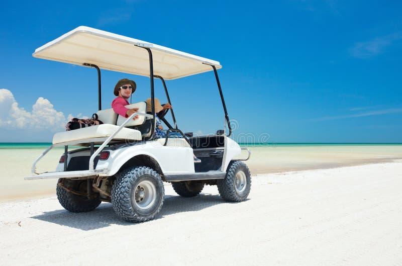 海滩热带购物车的高尔夫球 免版税库存照片