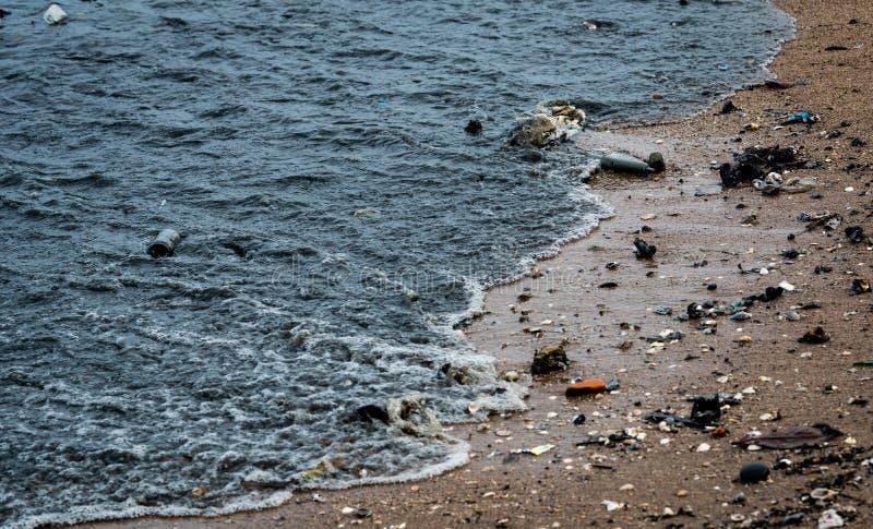 海滩环境污染 在海滩的油性着色剂 石油泄漏向海 肮脏的水在海洋 绿色附注污染水 有害 免版税库存图片