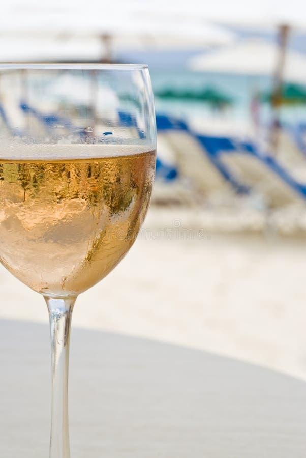 海滩玻璃桃红葡萄酒 库存图片