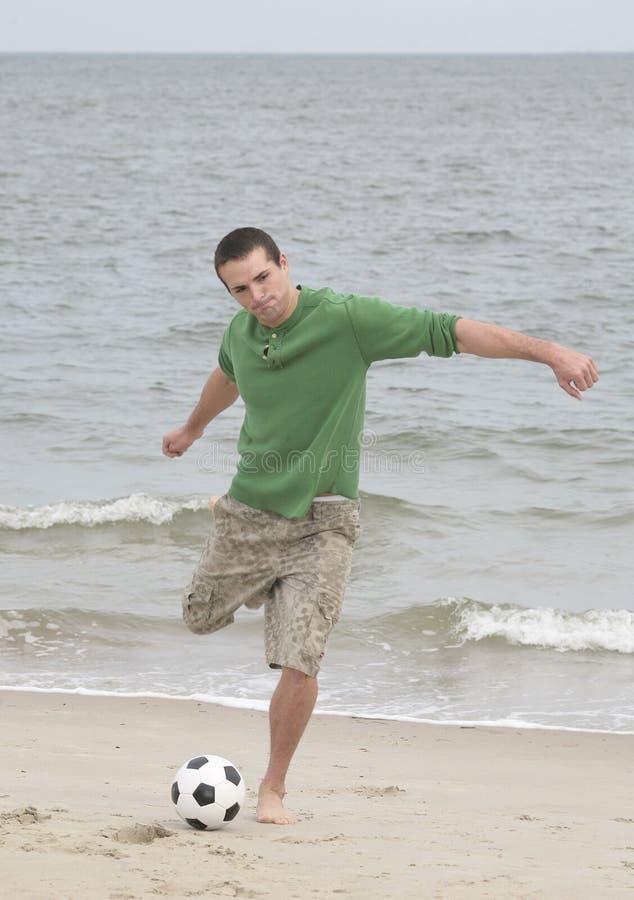 海滩球员足球 免版税库存照片