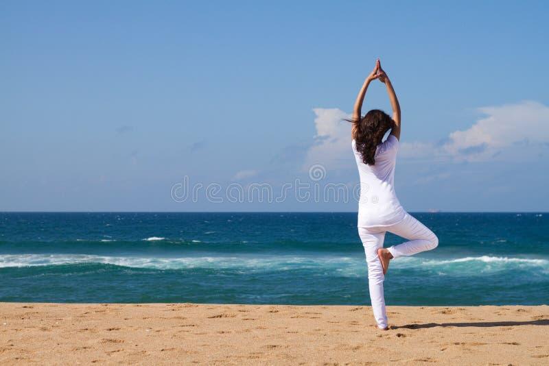 海滩瑜伽 库存图片