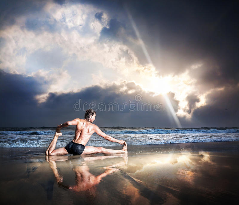 海滩瑜伽 库存照片
