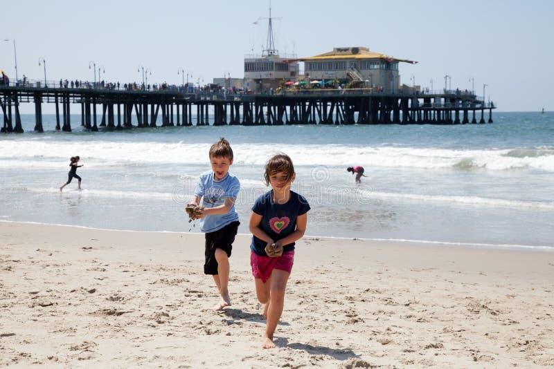 海滩男孩女孩使用 免版税库存照片