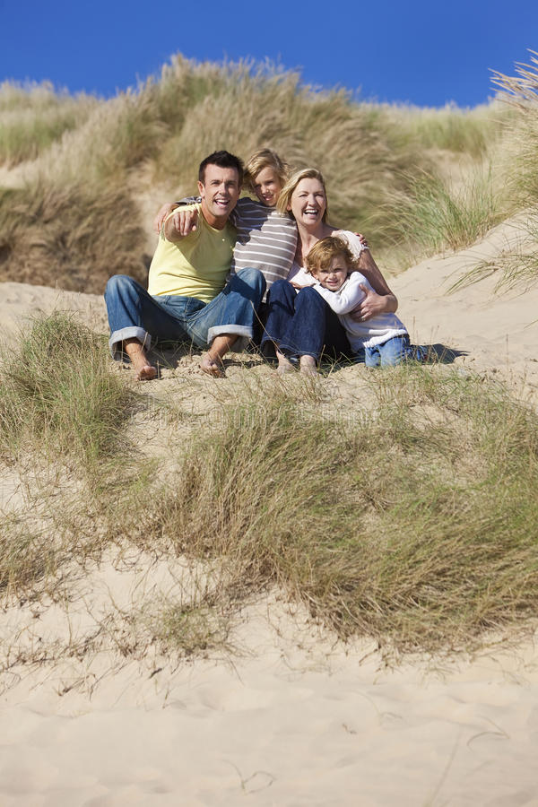 海滩男孩系列坐二的父亲母亲 库存图片