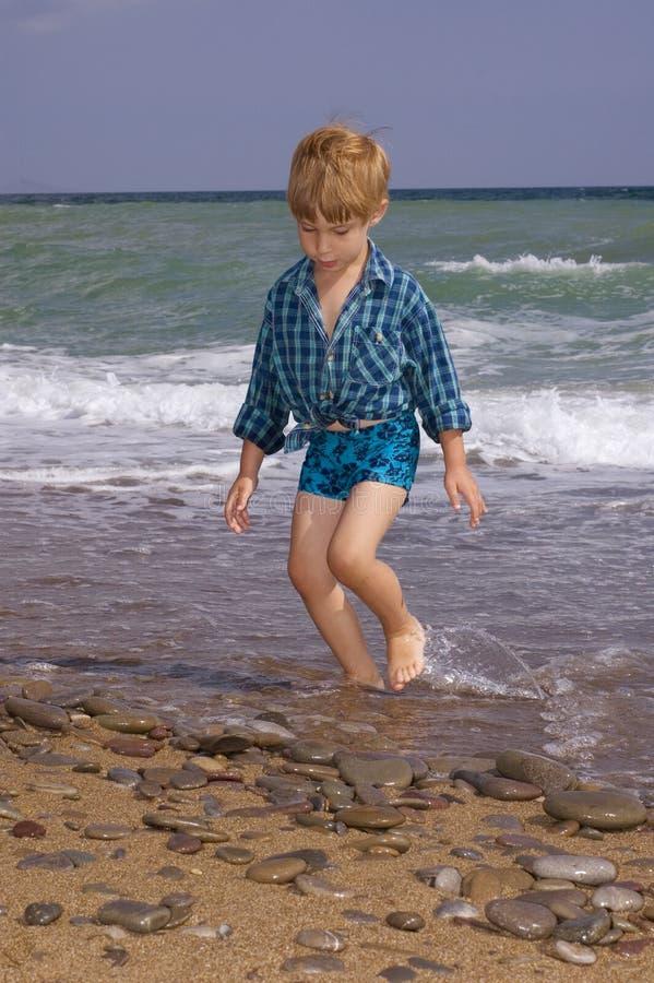 海滩男孩走 免版税库存照片