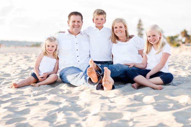 海滩白种人系列愉快的纵向 免版税库存图片