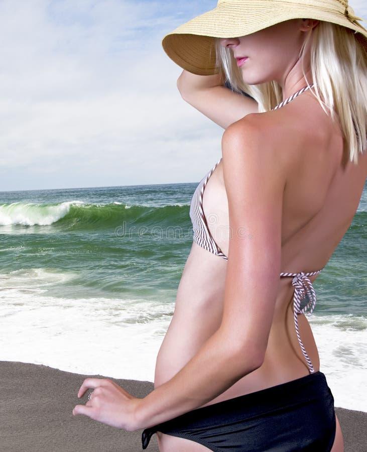 海滩白肤金发的女孩 图库摄影