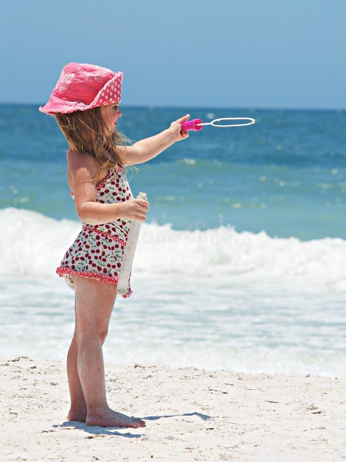 海滩的一个小女孩 免版税库存照片