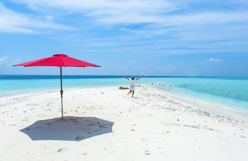 海滩的一个美丽的女孩马尔代夫 库存照片