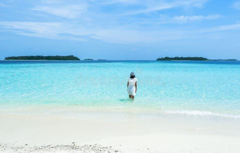 海滩的一个美丽的女孩马尔代夫 库存图片