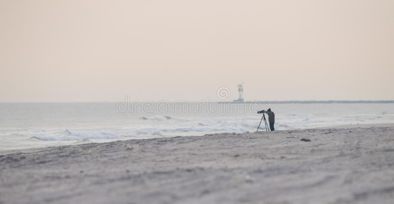 海滩的一位摄影师 图库摄影