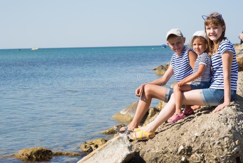 海滩的三个孩子 免版税库存照片