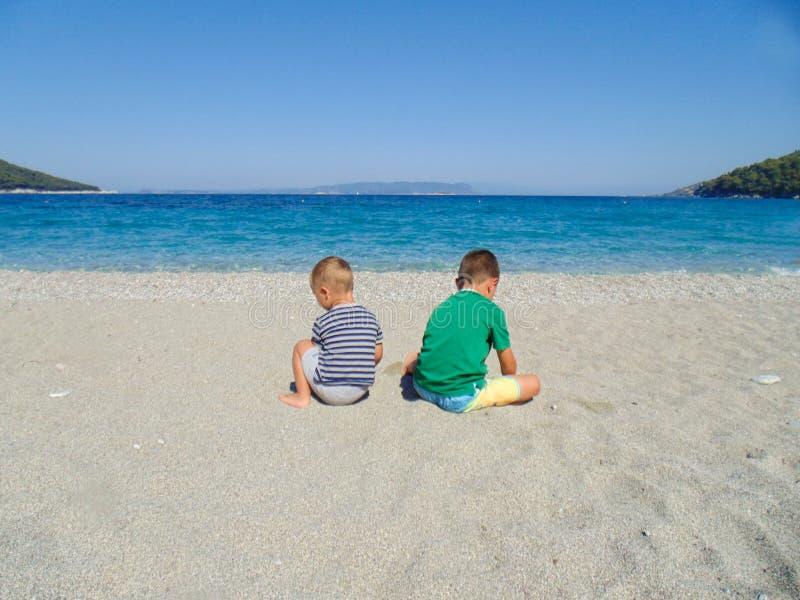 海滩的两个男孩 免版税图库摄影