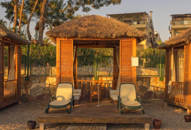 海滩的个人小屋为晒日光浴 Kemer,土耳其 免版税图库摄影