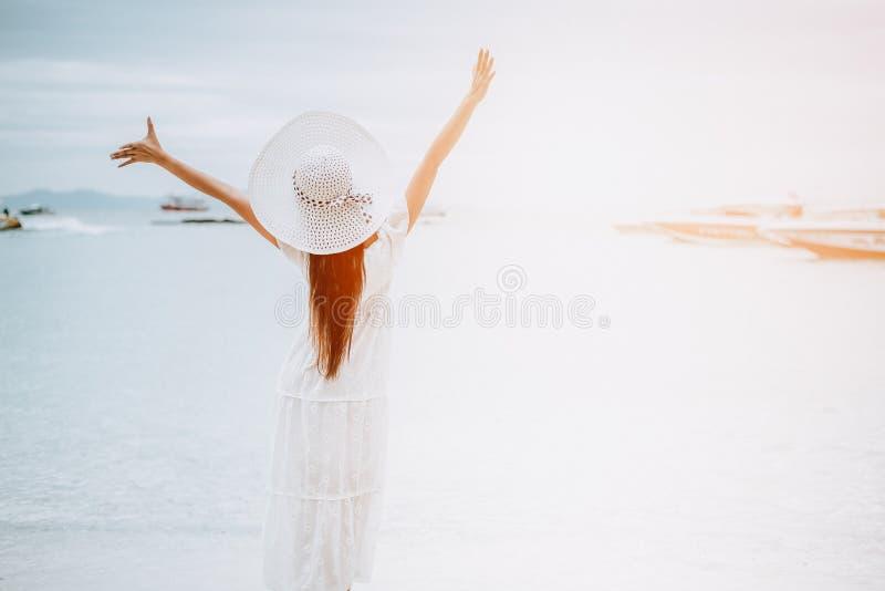 海滩的亚裔妇女享用旅行和新鲜空气的在假日 免版税库存照片
