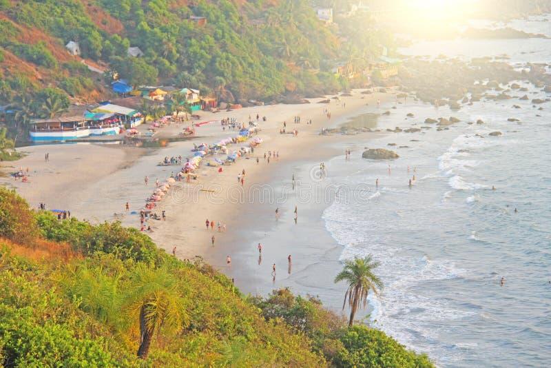 海滩的人们 从海滩Vagator, Ind的顶端看法 免版税图库摄影